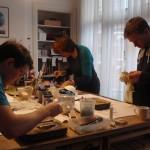 cursisten aan het werk in glasatelier vetro colorito kunstpost den haag mariahoeve bezuidenhout haagse hout haaglanden